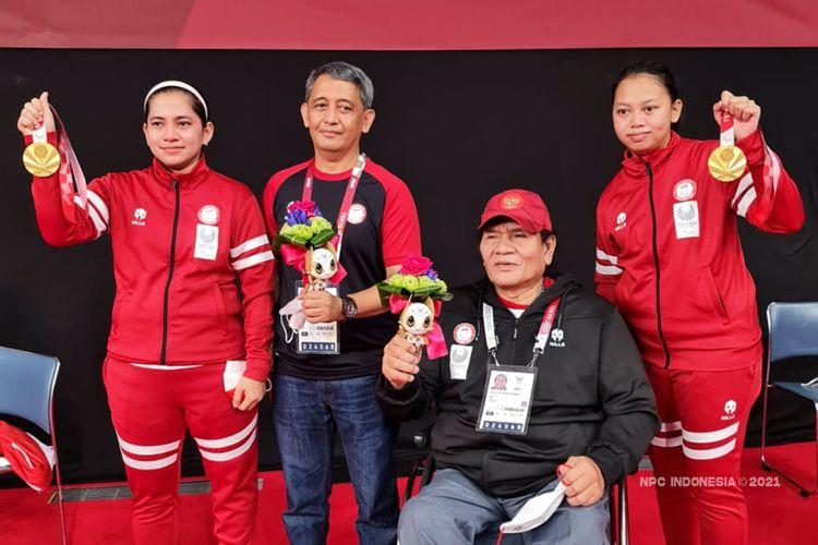Leani Ratri Oktila/Khalimatus Sadiyah berpose bersama Chef de Mission kontingen Indonesia And Herman (dua dari kiri) dan Ketua NPC Indonesia Senny Marbun usai meraih medali emas Paralimpiade Tokyo 2020.