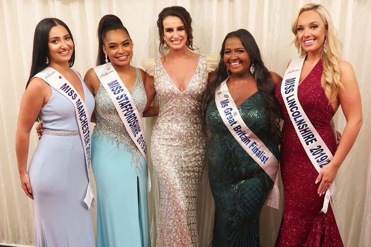 Kat Henry (kedua dari kanan) bersama kontestan Ms Great Britain lainnya dan mantan Ms Great Britain Deone Robertson.