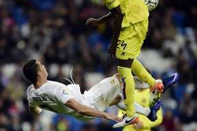 Cristiano Ronaldo coba melakukan tendangan salto saat Real Madrid menang 3-0 atas Villarreal pada lanjutan La Liga di Stadion Santiago Bernabeu, Rabu (20/4/2016).