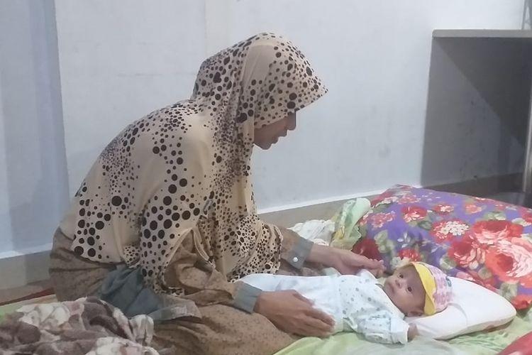 Salah satu korban kabut asap Riau, Dania (27), mengungsi dengan bayinya di posko pengungsian di Kantor DPW PKS Riau di Jalan Soekarno Hatta, Kecamatan Marpoyan Damai, Pekanbaru, Riau, Senin (16/9/2019) malam.