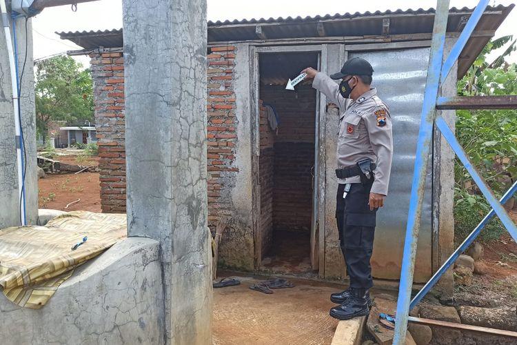 Polisi menunjukkan lokasi kamar mandi tempat ditemukan jasad nenek Sarti di Desa Manjung, Kecamatan Wonogiri, Kabupaten Wonogiri, Jawa Tengah, Kamis (2/9/2021).