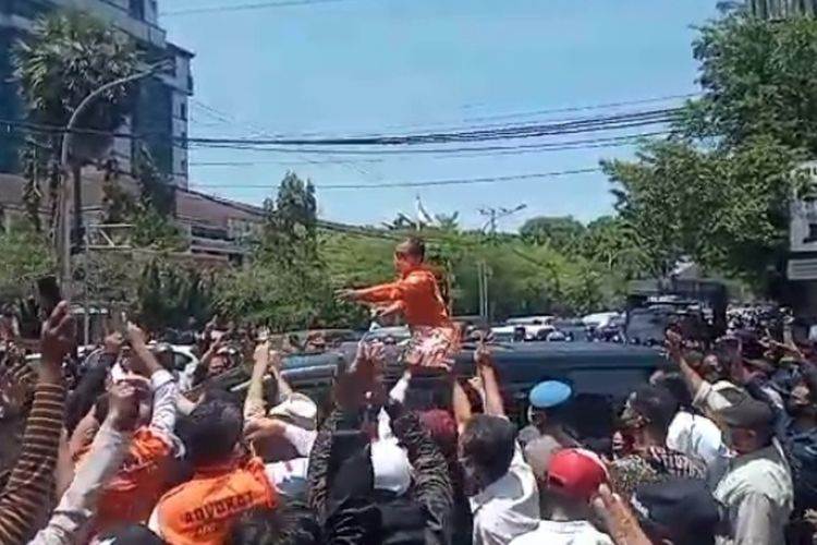 Calon Wali Kota Makassar Mohammad Ramdhan Pomanto saat menemui pendukungnya ketika hendak diperiksa di Polrestabes Makassar, Senin (19/10/2020).
