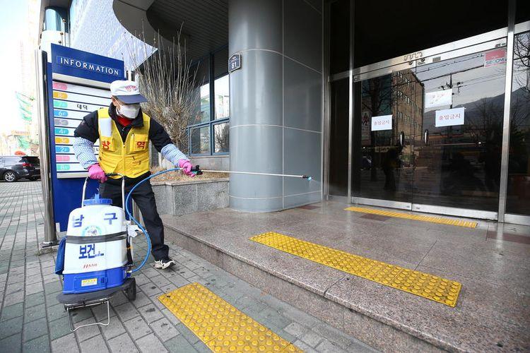 Petugas menyemprotkan disinfektan di fasilitas umum setelah wabah virus corona menyebar di Kota Daegu Korea Selatan.   EPA-EFE/YONHAP SOUTH KOREA OUT