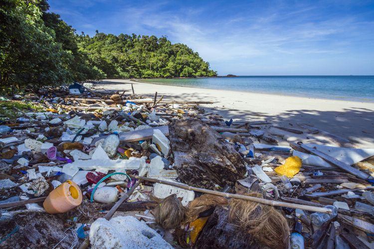 Ilustrasi sampah plastik di pantai