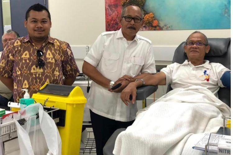 Kepala Perwakilan RI di Darwin, Dicky D. Soerjanatamihardja (tengah), berfoto bersama Bapak Sofyan, salah satu donor senior.