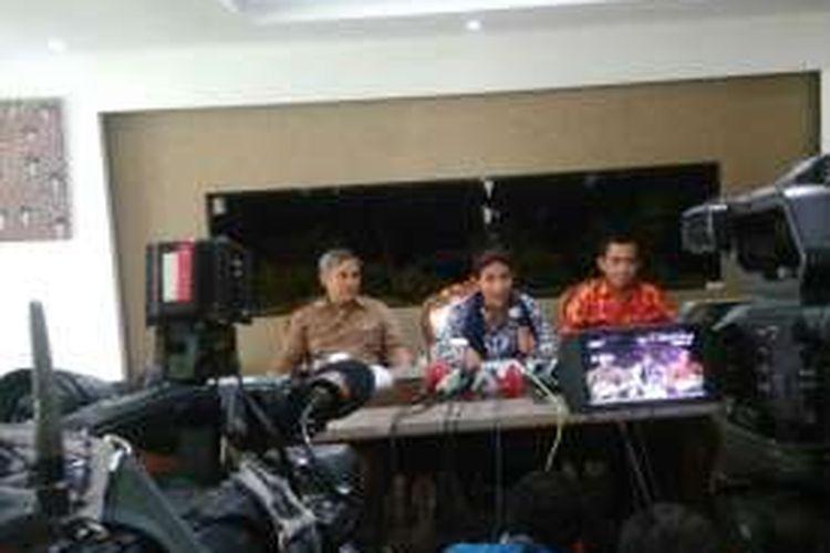 Menteri Kelautan dan Perikanan Susi Pudjiastuti menjelaskan syarat reklamasi teluk Jakarta di kantornya, Jumat (15/4/2016).
