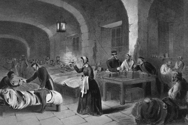 Florence Nightingale mendapatkan julukan Bidadari Berlampu dari tentara Inggris. (encenasaudemental.net)