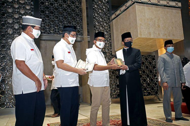 Penyerahan 3.000 mushaf Alquran dari Yayasan Muslim Sinar Mas bagi Badan Pelaksana Pengelola Masjid Istiqlal, yang diterima oleh Imam Besar Masjid Istiqlal, KH Nasaruddin Umar.