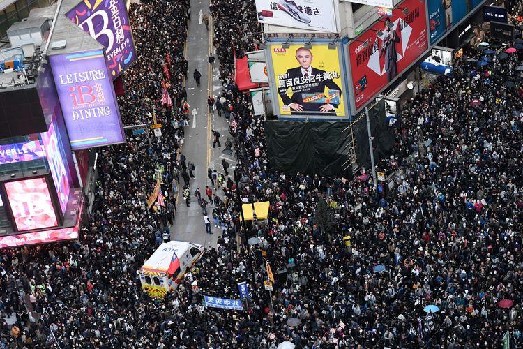 Ratusan ribu massa memberikan jalan bagi ambulans selama aksi damai yang terjadi Causeway Bay, Hong Kong, pada 8 Desember 2019. Aksi tersebut dilakukan jelang enam bulan demonstrasi yang melanda kota itu.