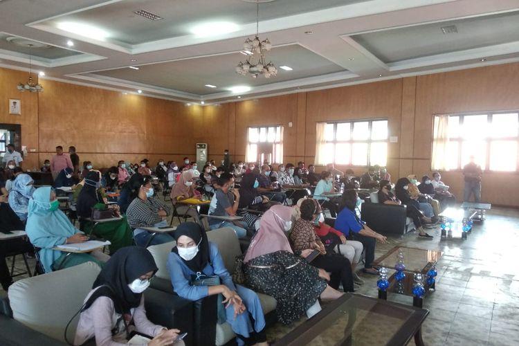 Para orang tua siswa mengeluh karena sistem pada aplikasi PPDB online untuk pendaftaran siswa SMA sederajat kacau dan banyak kendala.