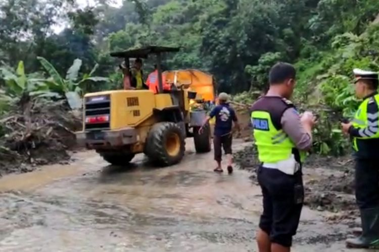 Jalan Lintas Sumatera di Kabupaten Solok putus total selama 4 jam longsor di IX Koto Sungai Lasi, Selasa (18/2/2020)