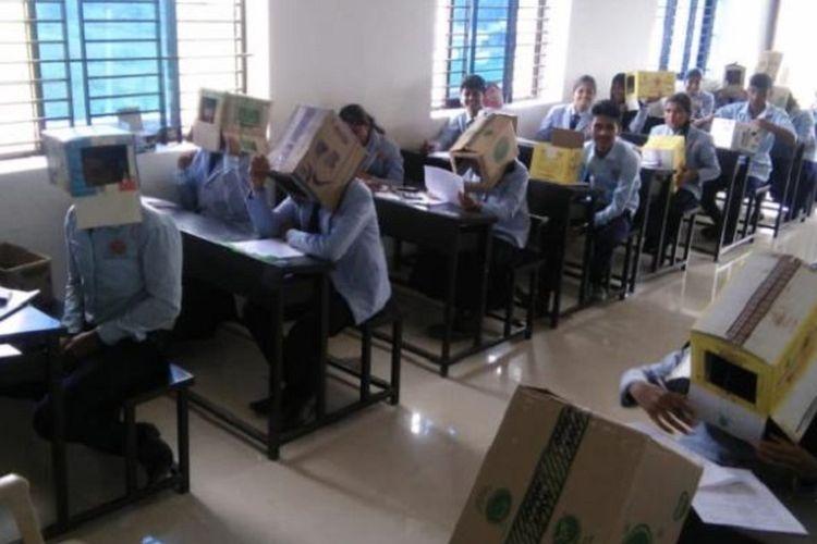 Gambar yang viral menunjukkan murid sekolah di India memakai kardus saat mengerjakan ujian.