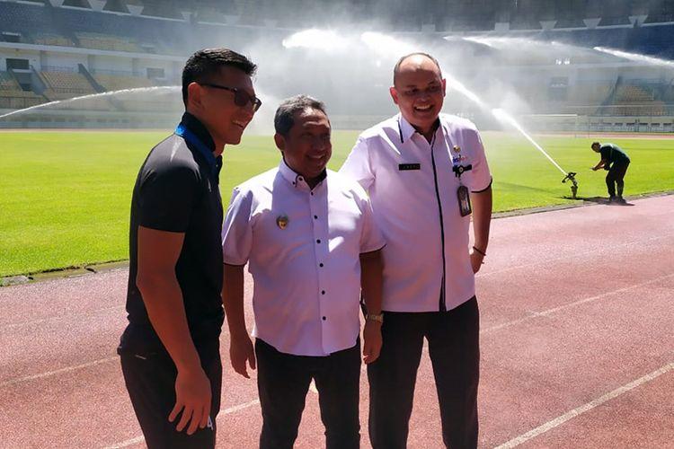 Direktur PT PBB, Teddy Tjahyono (kiri), ikut meninjau kondisi Stadion GBLA, Kota Bandung bersama Wakil Walikota Bandung, Yana Mulyana (tengah), dan Kadispora Kota Bandung Eddy Marwoto (kanan), Selasa (14/1/2020).