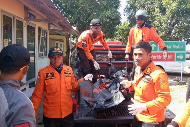 Tim SAR Gabungan berhasil menemukan jasad Isha Alfian (16) wisatawan yang hilang tenggelam di Pantai Kemiren, Kecamatan Cilacap Selatan, Cilacap, Jawa Tengah, Sabtu (6/7/2019).