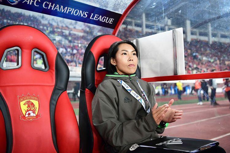 Chan Yuen-ting mendampingi Eastern SC saat melawan Guangzhou Evergrande pada partai fase grup Liga Champions Asia di Stadion Tanhe, Rabu (22/2/2017).