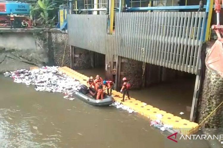 Tangkapan layar dari video evakuasi jasad pencari cacing Aditya (21) yang hanyut terserat Sungai Ciliwung, ditemukan sudah meninggal dunia tersangkut di Pintu Air Manggarai, Jakarta Selatan, Minggu (13/12/2020)
