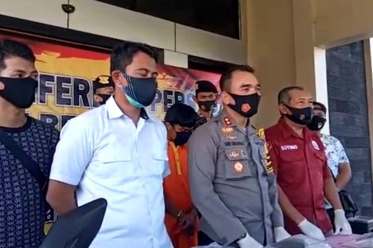 Kapolres Bontang, AKBP Hanifa Martunas Siringoringo (tengah) saat memberi keterangan pers di Mapolres Bontang, Kaltim, Sabtu (5/9/2020).