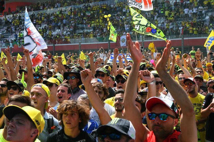 Suasana penonton di sirkuit Mugello, Italia, saat menonton MotoGP. (Photo by Vincenzo PINTO / AFP)