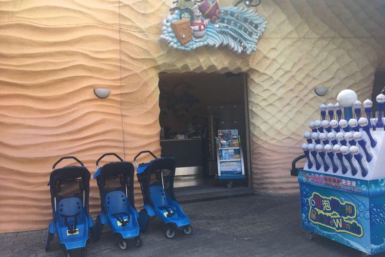 Tempat penyewaan stroler dan kursi roda di Ocean Park Hongkong.