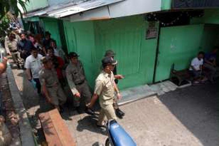 Petugas melakukan pendataan warga sekaligus membagikan surat peringatan pertama di kawasan Kalijodo, Kelurahan Penjagalan, Kecamatan Penjaringan, Jakarta Utara, Kamis (18/2/2016).