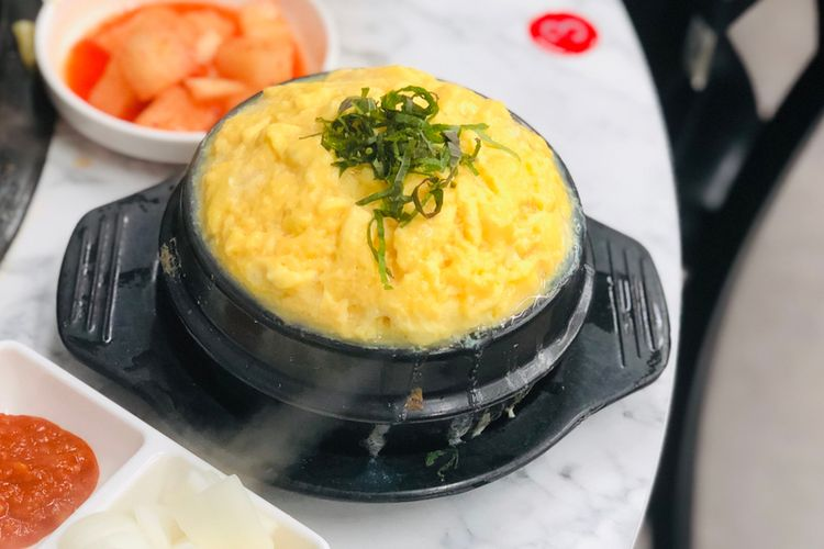 Ilustrasi gyeran jjim atau telur kukus ala Korea.