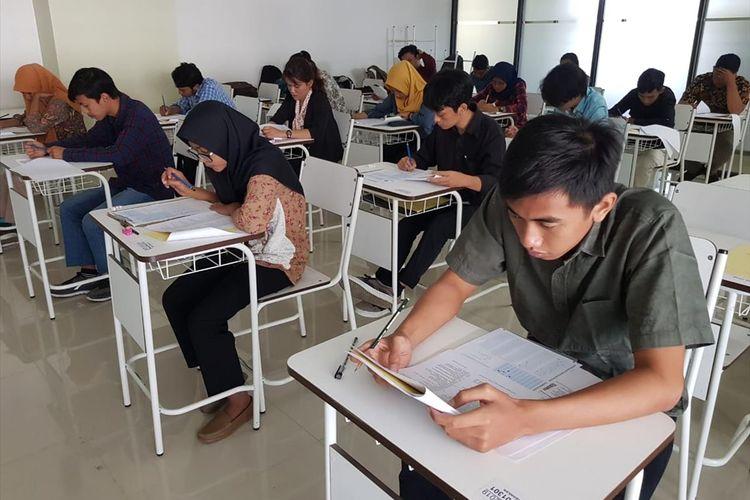 Pendaftar seleksi mandiri pendidikan vokasi Universitas Brawijaya (UB) saat mengikuti tes seleksi.