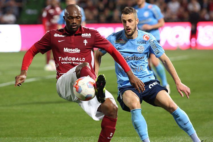 Mantan penyerang Persib Bandung, Christian Bekamenga (merah), saat memperkuat salah satu tim Liga Prancis, Metz.