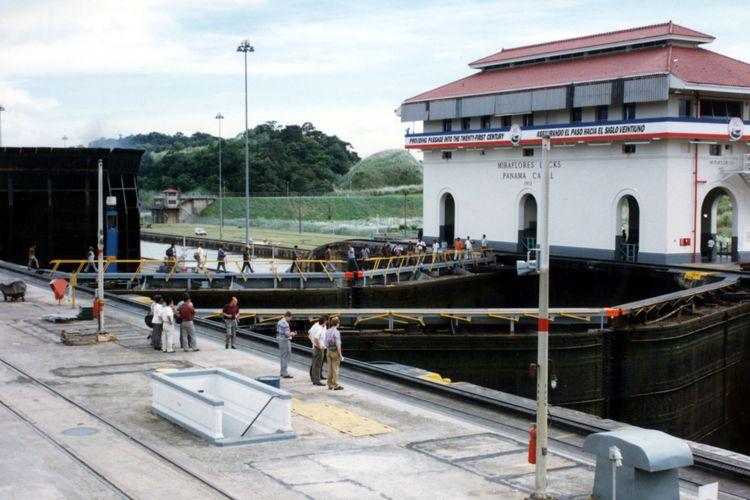 Sebuah kapal baru saja melewati gerbang air Miraflores Lock, yang bagi perjalanan dari Atlantik ke Pasifik merupakan tangga air terakhir Kanal Panama sebelum melaju ke samudra bebas.