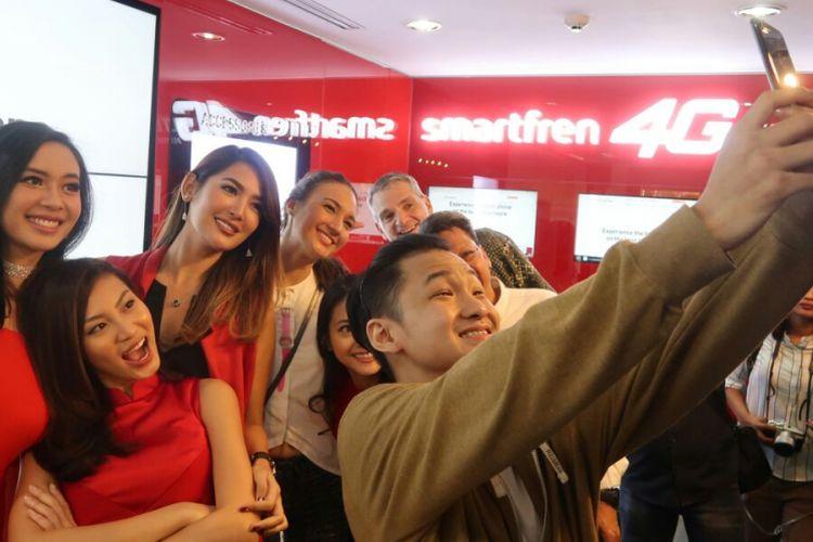 Daniel Dominic yang menjadi orang Indonesia pertama yang memiliki iPhone 7 Plus resmi melakukan selfie menggunakan iPhone barunya di Galeri Smartfren, Jumat (31/3/2017).