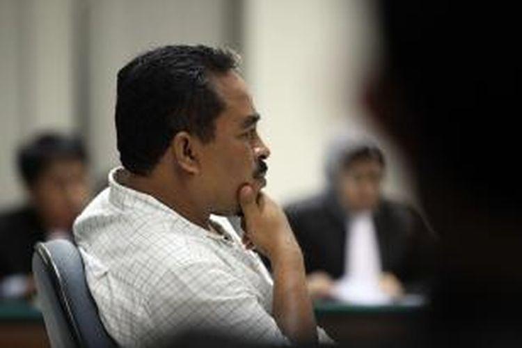 Terdakwa Luthfi Hasan Ishaaq usai menjalani sidang vonis kasusnya yang digelar di Pengadilan Tindak Pidana Korupsi Jakarta, Senin (9/12/2013). Luthfi divonis 16 tahun penjara dan denda Rp 1 Miliar subsider 1 tahun kurungan karena terbukti terlibat dalam kasus suap kuota impor daging sapi di Kementrian Pertanian sebelumnya dituntut 18 tahun kurungan dan denda Rp 1,5 Miliar oleh Jaksa Penuntut Umum.