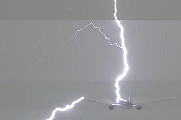 Dalam foto yang diambil dari sebuah rekaman video ini, terlihat petir menyambar sebuah pesawat terbang milik maskapai penerbangan KLM yang baru saja lepas landas dari Amsterdam.