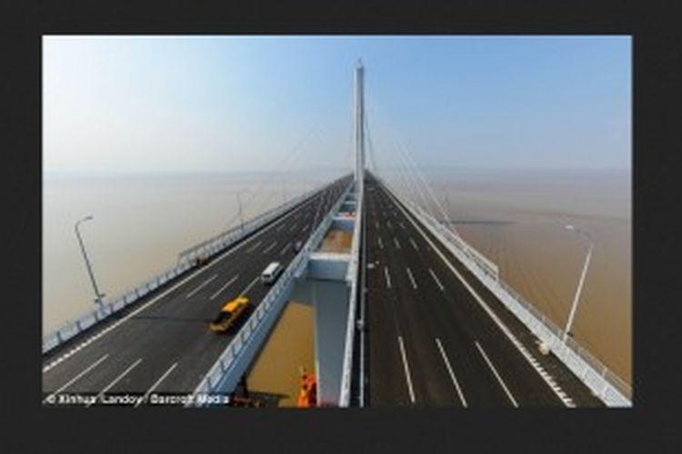 Jiaxing-Shaoxing Sea Bridge, nama jembatan itu, membentang sepanjang 6.2 mil atau 10 kilometer di atas Teluk Hangzhou, di Shaoxing, China. Jembatan ini didukung dengan dua menara kabel setinggi 745 kaki dan memiliki pondasi utama yang meregang selebar 2.560 kaki.