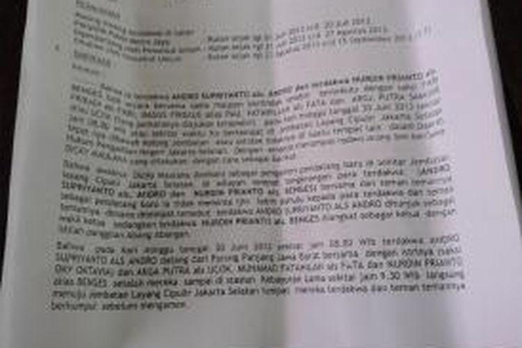 Keganjilan surat dakwaan dari Jaksa Penuntut Umam perkara pidana pembunuhan pengamen Cipulir. Tertera dalam paragraf pertama, terdakwa AS beserta enam rekannya dituduh telah membunuh di kolong Jembatan Cipulir sekitar jam 08.00 WIB. Sementara di paragraf ketiga, AS beserta istri dan dua rekannya baru berangkat jam 08.00 WIB dari Stasiun Parung Panjang Bogor, dan jam 09.30 WIB, sampai di Stasiun Kebayoran Lama