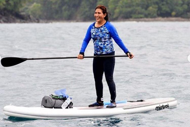 Menteri Susi tampak happy paddling di dekat kapal Silver Sea 2 di Aceh.