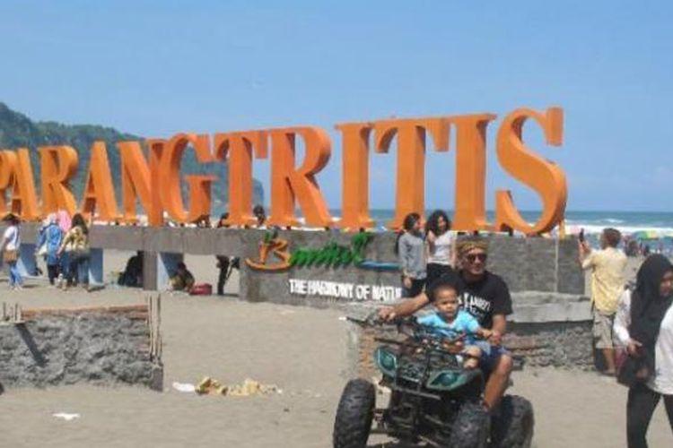 Wisatawan di Pantai Parangtritis, Kretek, Kabupaten Bantul, DI Yogyakarta.