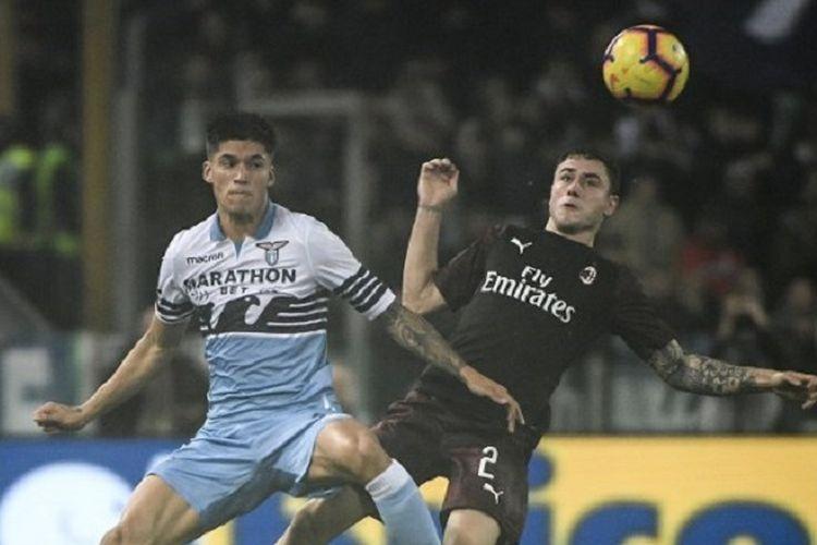Joaquin Correa dan Davide Calabria berebut bola dalam pertandingan Lazio vs AC Milan di Stadion Olimpico dalam lanjutan Liga Italia, 25 November 2018.