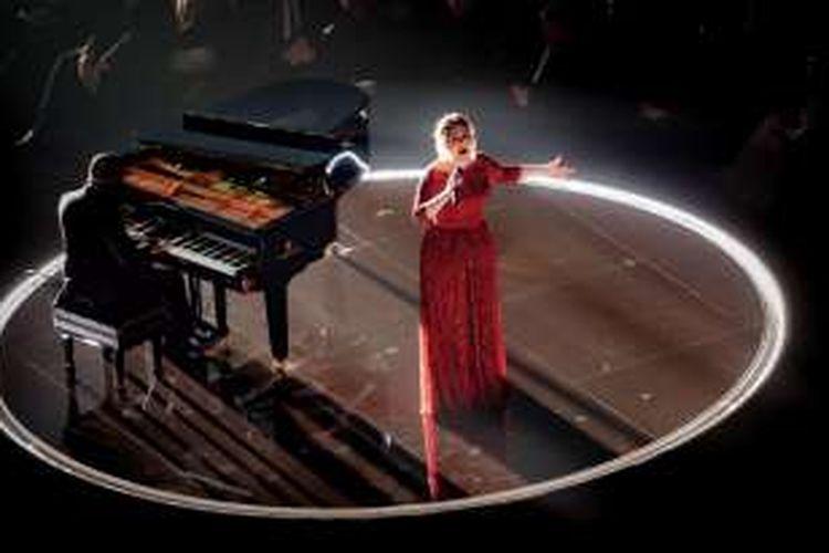Adele tampil di panggung Grammy Awards 2016 di Staples Center, Los Angeles, California, AS, Senin (15//2/2016) malam waktu setempat.
