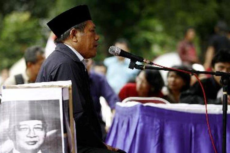 Ketua Umum Partai Buruh Muchtar Pakpahan menjadi saksi dalam Pengadilan Rakyat Republik Indonesia, dengan terdakwa mantan Presiden Soeharto (almarhum), di Tugu Proklamasi, Jakarta Pusat, Rabu (13/2/2008). Dalam sidang tersebut, Muchtar menceritakan pengalamannya saat ditahan pada era pemerintahan Soeharto.