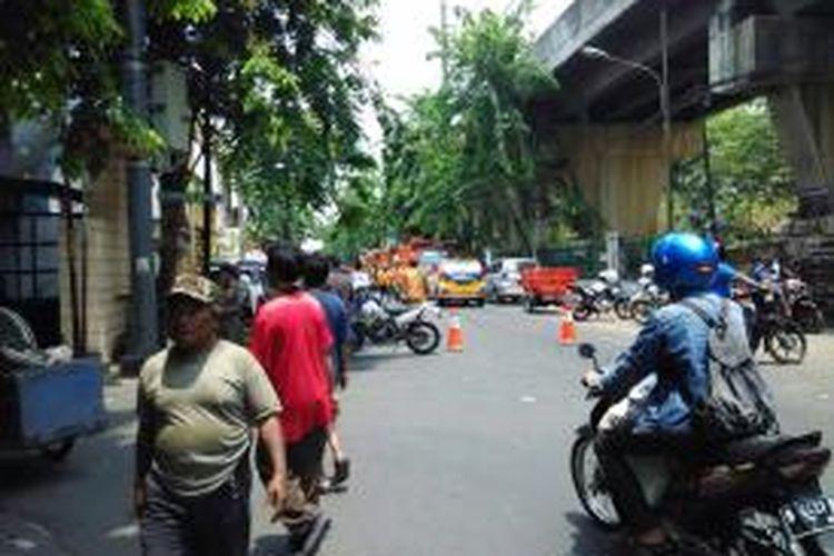 Jalan raya Karang Anyar ditutup untuk kelancaran pembongkaran pasar Karang Anyar, Rabu (16/9)