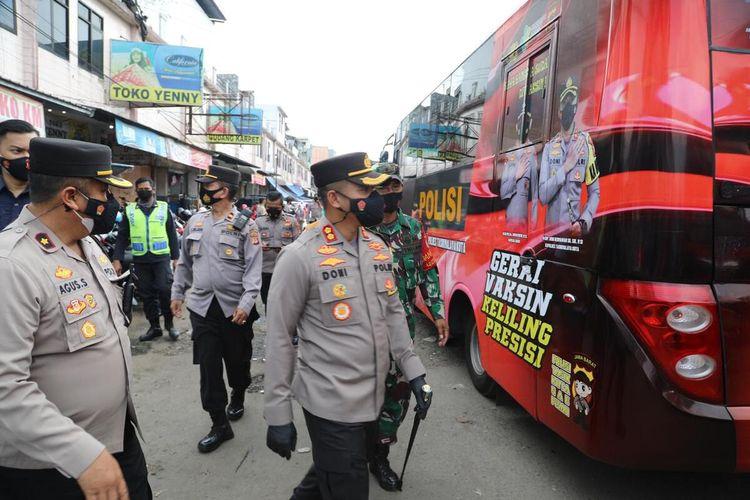 Polresta Tasikmalaya meluncurkan bus dinas polisi yang disulap menjadi mobil vaksin keliling untuk menyasar warga secara door to door di pelosok perkampungan demi mempercepat menekan penyebaran Covid-19, Jumat (23/7/2021).