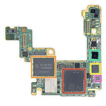 Komponen dari mainboard ponsel Samsung Galaxy S21 Ultra yang dibongkar oleh situs iFixit. Bagian yang ditandai dengan kotak merah adalah chip RAM LPDDR5 Samsung yang ditumpuk dengan SoC Snapdragon 888 di bawahnya. Sementara, bagian yang ditandai kotak oranye adalah chip memori flash UFS 3.1 yang digunakan sebagai media penyimpanan internal.