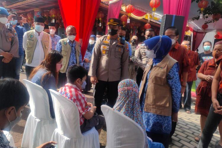 Bupati Jombang Mundjidah Wahab, saat meninjau vaksinasi massal di Klenteng Hok Liong Kiong Jombang, Jawa Timur, Jumat (17/9/2021).