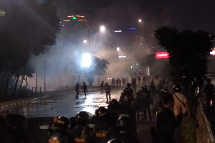 Kerusuhan masih pecah imbas dari aksi unjuk rasa massa mahasiswa di depan Kompleks Parlemen Senayan, Jakarta, Selasa (24/9/2019) malam.