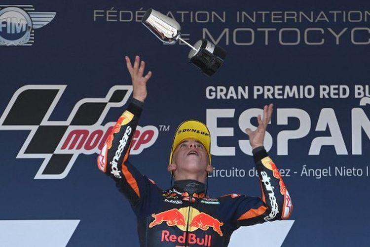 Pebalap Red Bull KTM Ajo, Pedro Acosta, di podium juara Moto3 Spanyol, Minggu (2/5/2021).