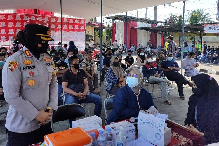 Kapolres Tegal Kota AKBP Rita Wulandari meninjau pelaksanaan Vaksinasi Merdeka Candi yang diikuti ratusan pedagang kaki lima, di mapolres setempat, Kamis (5/8/2021)