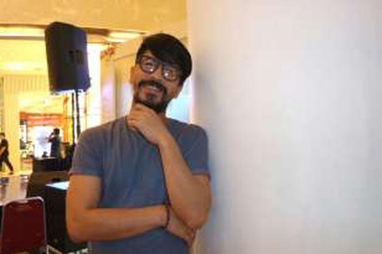 Vokalis Aryo Wahab dengan gaya barunya saat diabadikan di Lippo Mall Kemang, Jakarta Selatan, Minggu (1/5/2016).