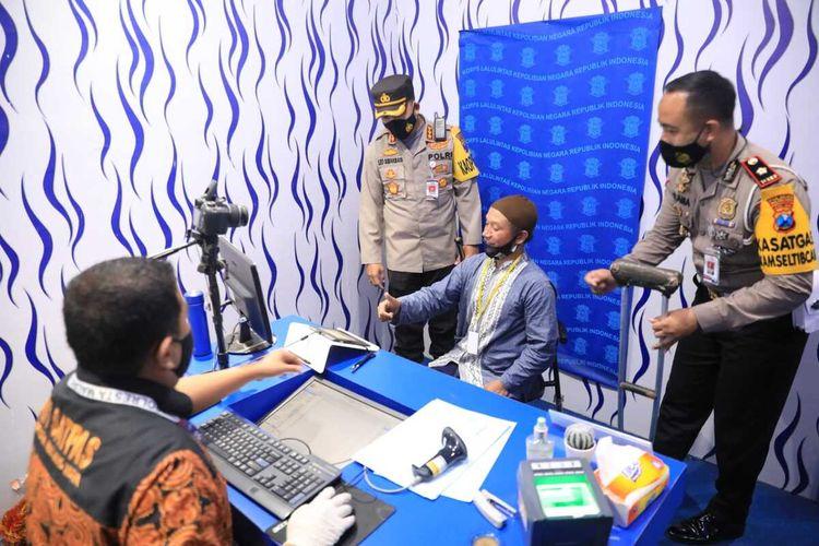 Kapolresta Malang Kota, Kombes Pol Leonardus Simarmata saat menyaksikan layanan pembuatan SIM D bagi penyandang disabiitas di Satpas Polresta Malang Kota.