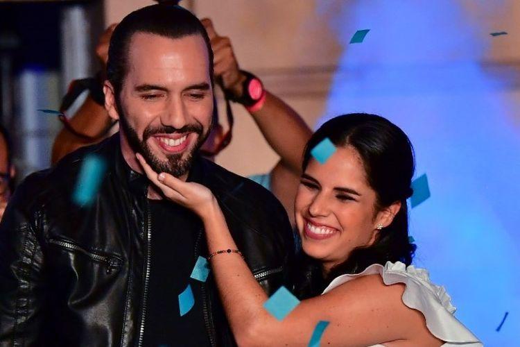 Presiden terpilih El Salvador Nayib Bukele dan istrinya Gabriela Rodriguez merayakan kemenangan pemiliu presiden di San Salvador, Minggu (3/2/2019). (AFP/LUIS ACOSTA)