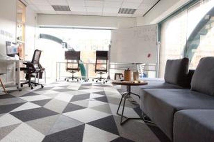 Pemilihan furnitur yang tepat merupakan salah satu kunci dalam mendekor ruang kerja efektif. Setidaknya, itulah yang sudah dilakukan oleh Google.