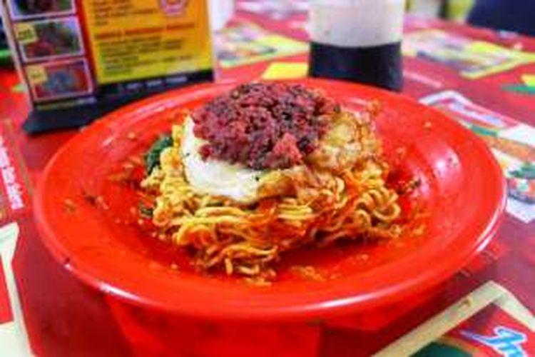 Indomie Garuk dengan 50 cabai di Resto Abang Ade, Jalan Mandala Utama Nomor 8, Tomang.